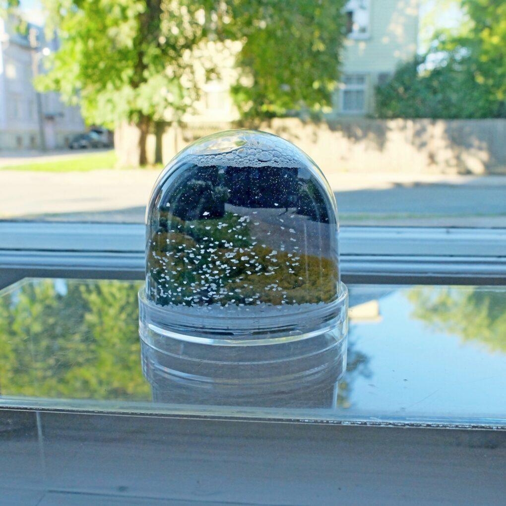 """BFO16 """"Esimene"""". Aknanäitus galeriis Positiiv 10.07.-14.08.17"""